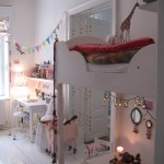 Una habitación pequeña llena de detalles