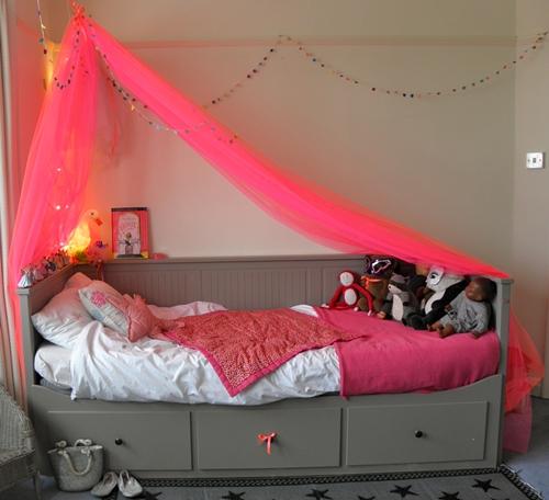 Dormitorio infantil con tul fucsia