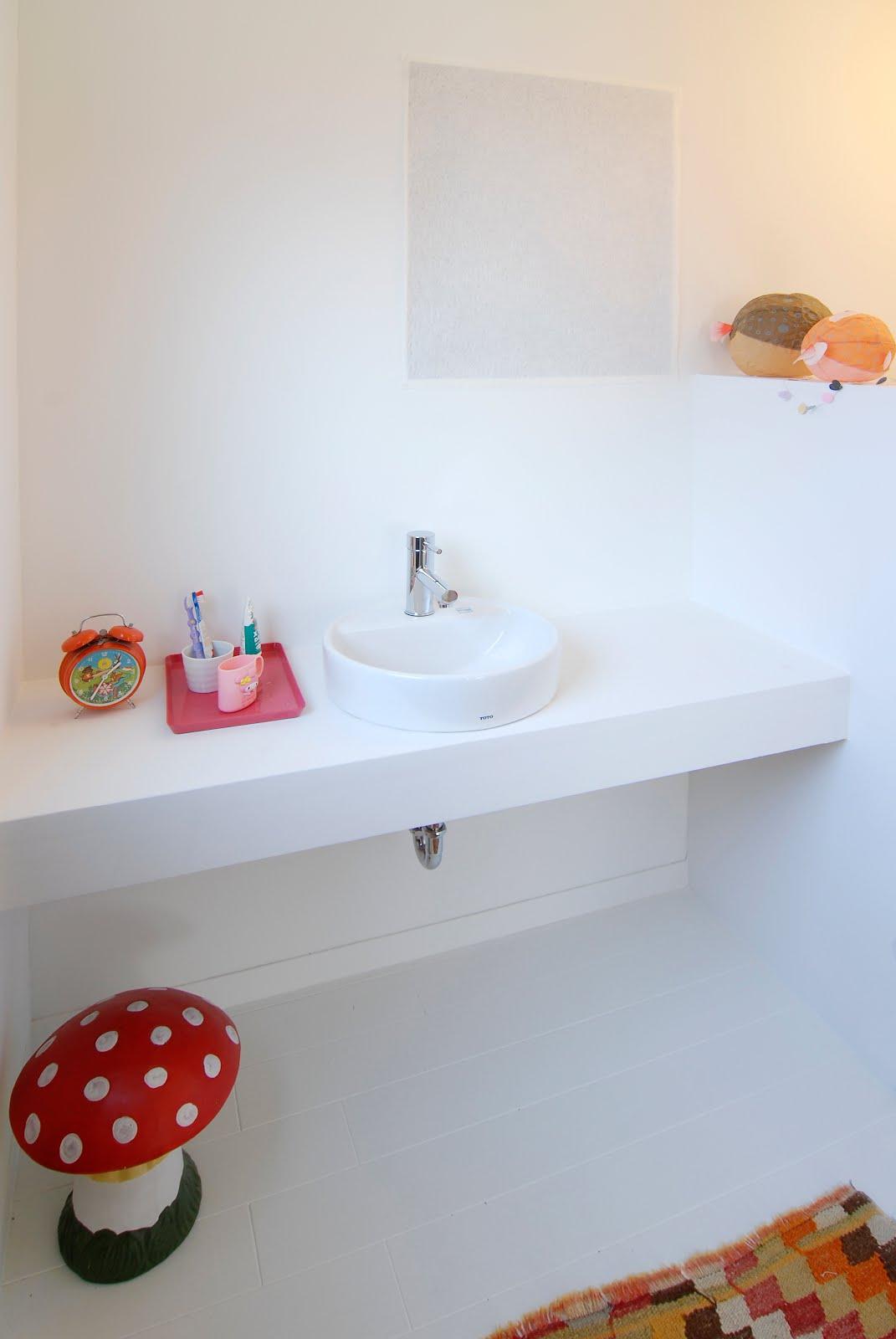 Baños Linea Infantil:baño de los niños sigue la línea sencilla del dormitorio infantil