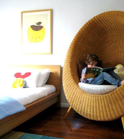 Silla huevo en el dormitorio infantil