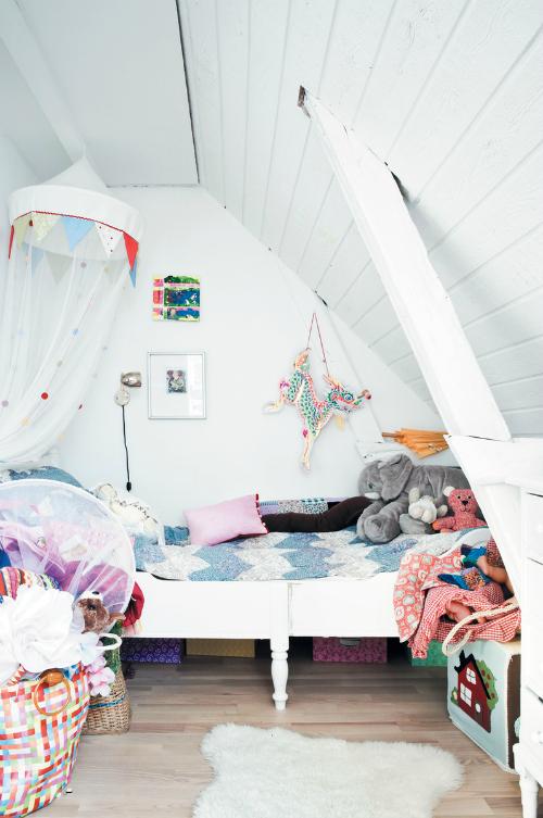 Dormitorio infantil divertido e informal en el desvan