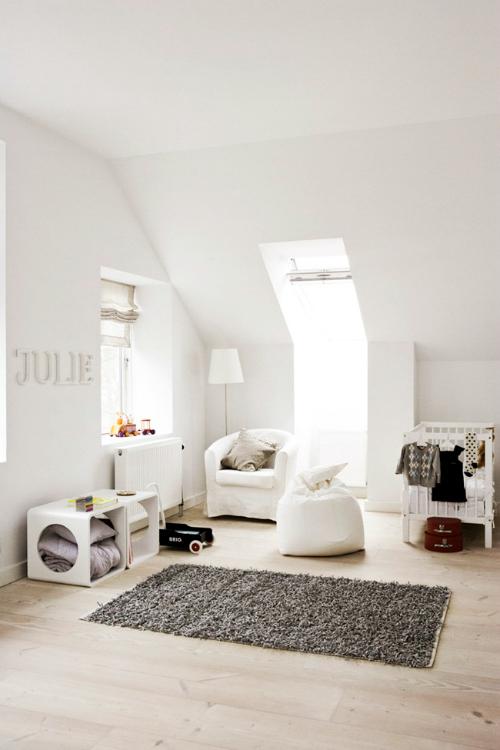 Bonita habitacion infantil en tonos neutros en la bihardilla