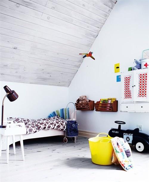 Habitación infantil en la buhardilla de estilo nordico