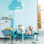 Una lámpara nube en el cuarto de los niños