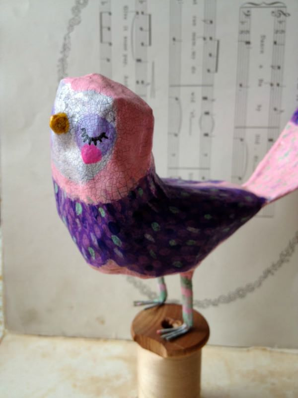 Paper Mâché Bird Sculpture by Sarah Hand Hearts Needles Feeling Chirpy!   (Siéntete alegre)