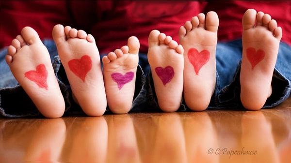 ffotos-niños-pies-corazones