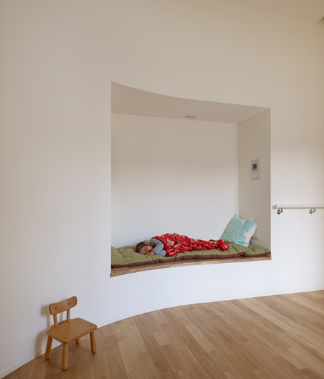 Vivienda con niños entorno a un pasillo