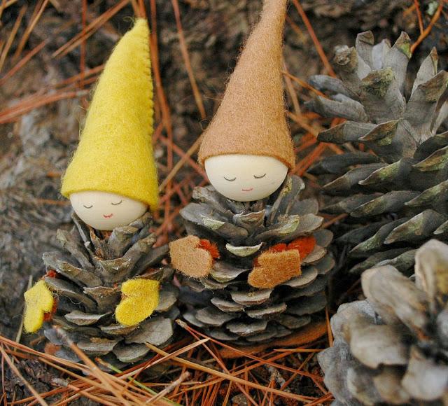 muñecas piñas navidad 7 Manualidades Navideñas con Piñas y fieltro