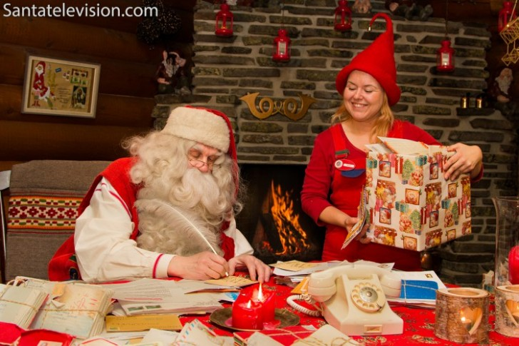 santa-claus-writing-letters-with-elf-post-office-rovaniemi1-750x500