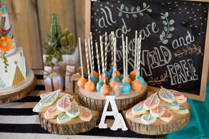 oda a la naturaleza fiesta de cumpleaños salvaje galletas en forma de plumas y cake pops