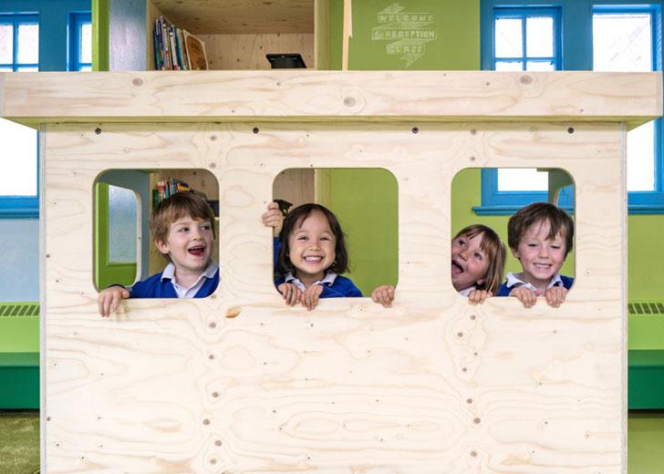 colegio-de-primaria-colorido-barcos-de-madera