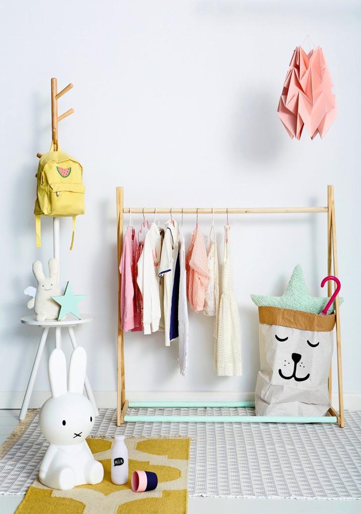 organizar-habitacion-infantil-percheros