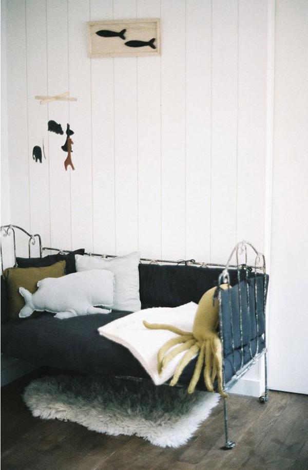 habitacion-infantil-inspirada-en-el-mar-cojines-animales