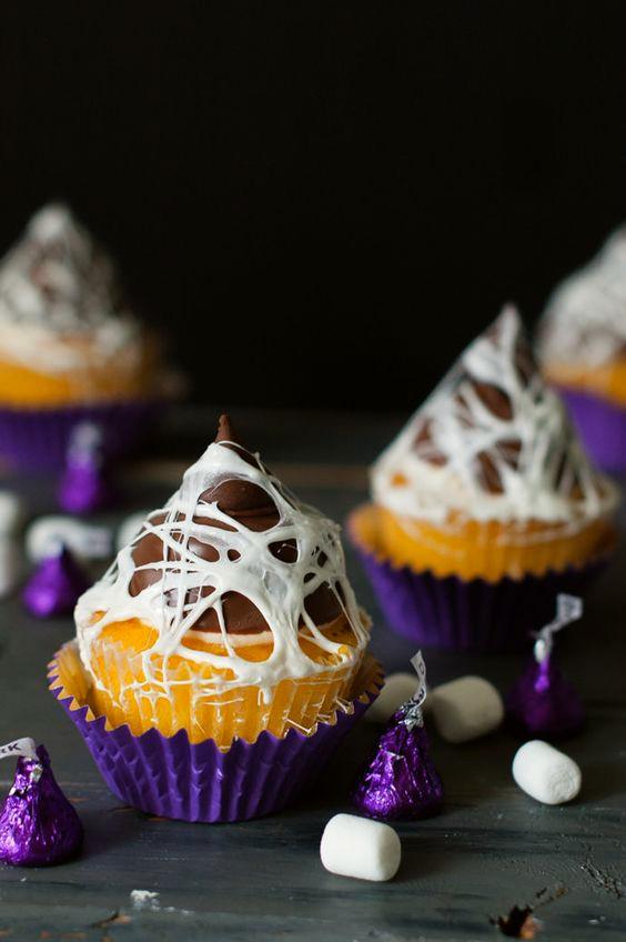 cupcakes-de-chocolate-con-topper-de-telarana-halloween