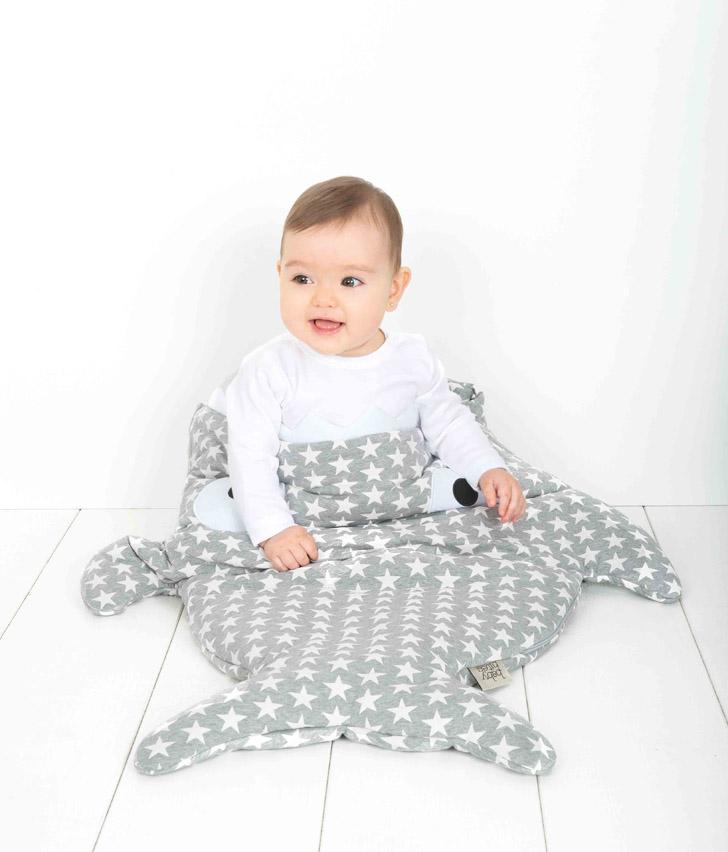 fundasbcn-y-babybites-saco-gris-estrellas-blancas
