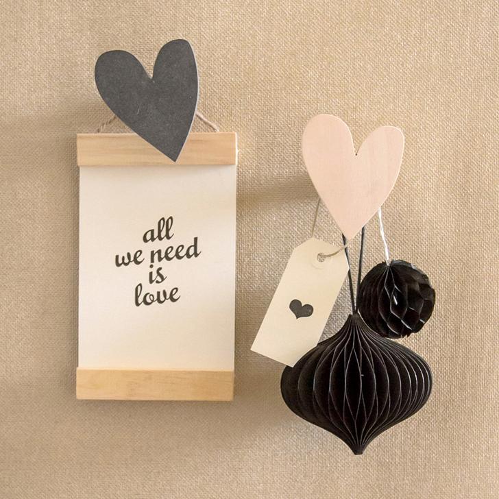 colgador-pared-corazon-madera-negro