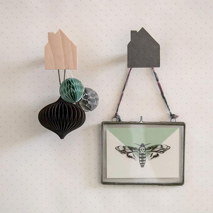 colgadores-madera-pared-casitas-negro