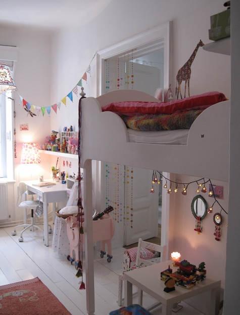 me gusta mucho esta habitacin infantil decorada con muebles en blanco y llena de detalles personales es una habitacin pequea y un buen ejemplo para