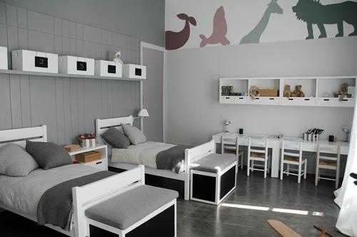 el mobiliario est lacado en blanco en la zona de estudio hay grandes mesas con sillitas para cuando vengan los amiguitos a los pies de cada cama unos