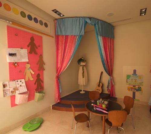 Un escenario en la habitación infantil y ¡Qué empiece la función!
