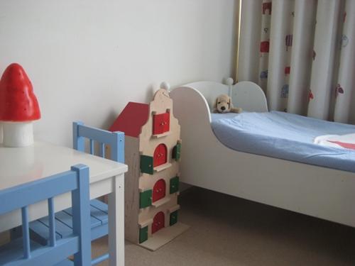 Decora la habitación infantil en blanco, rojo y azul.
