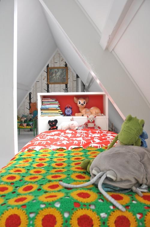 Dormitorio infantil en un tico for Dormitorio infantil bosque