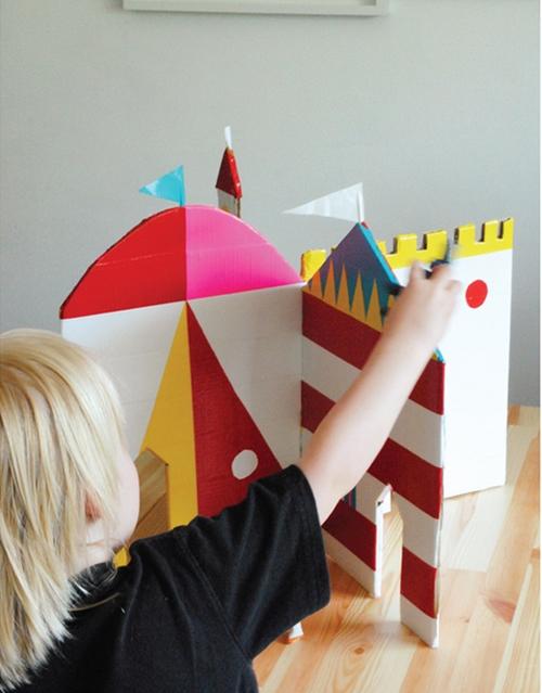 DIY: Un castillo con cartón y cinta adhesiva de colores
