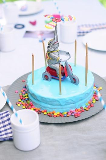 Cositas y juguetes en la tarta de cumple