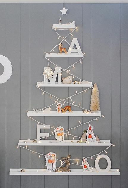 Un árbol de Navidad a la última con estantes de Ikea
