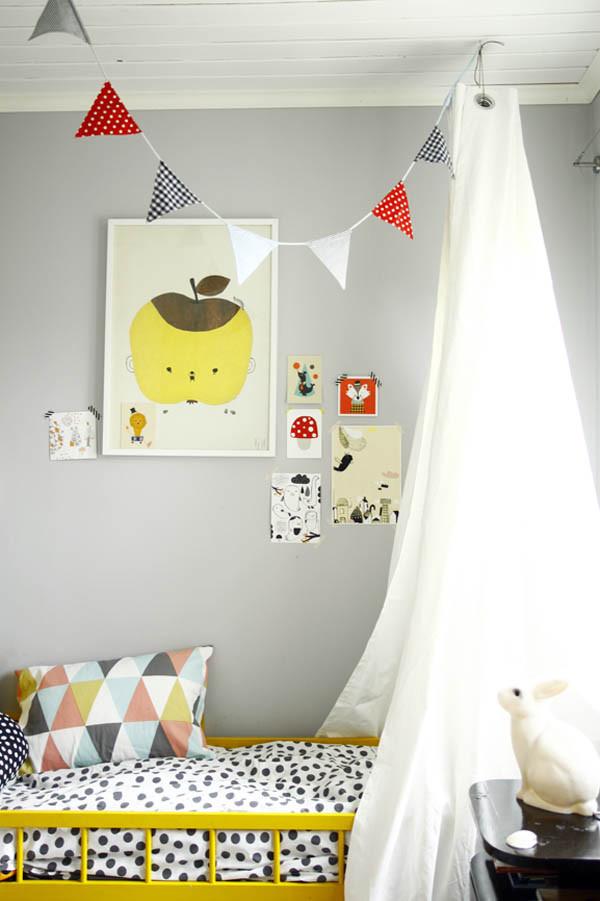 Preciosa habitación infantil en gris y amarillo