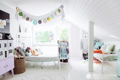 Habitacion blanca para niños en la buhardilla