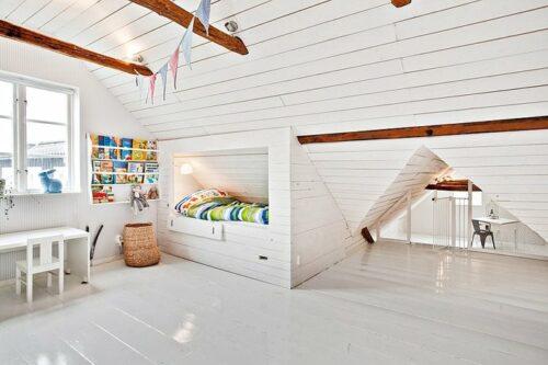 Dormitorio de niños en la buhardilla en tonos neutros