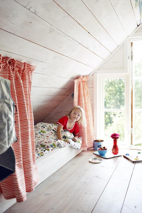 Habitacion infantil buhardilla en tonos naranjas