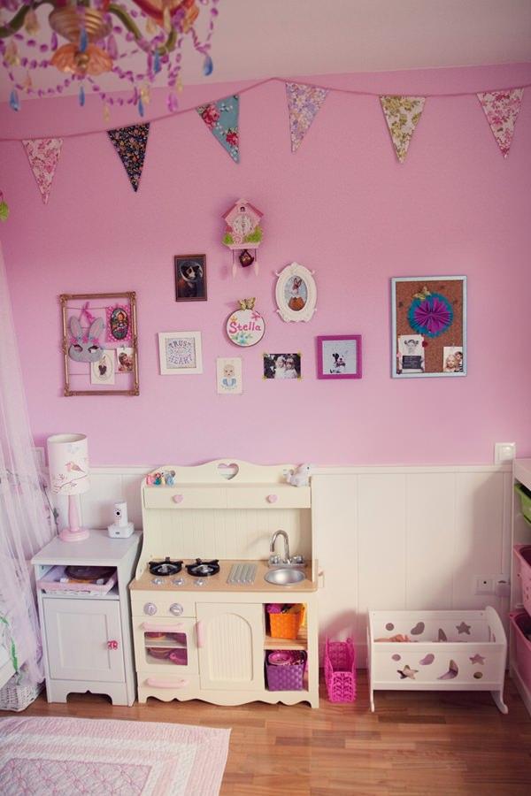 Habitaci n en rosa para una ni a con muebles de ikea for Pegatinas para decorar muebles