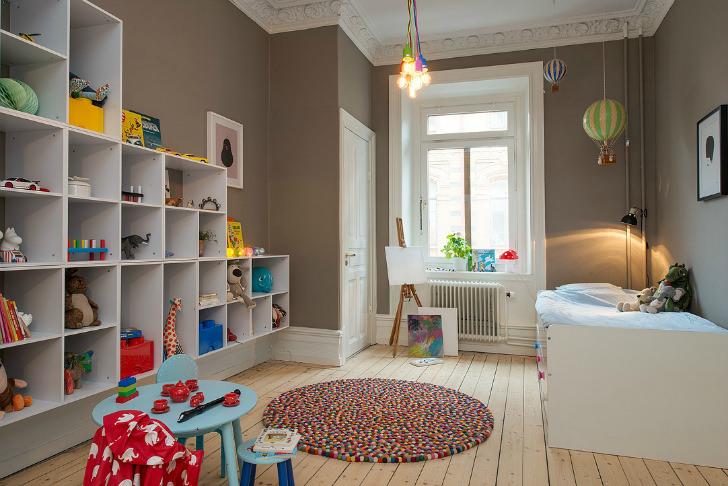este dormitorio infantil parece pensada para pequeos artistas con su bonito lienzo al lado de la ventana esas estanteras de almacenaje harn que siempre