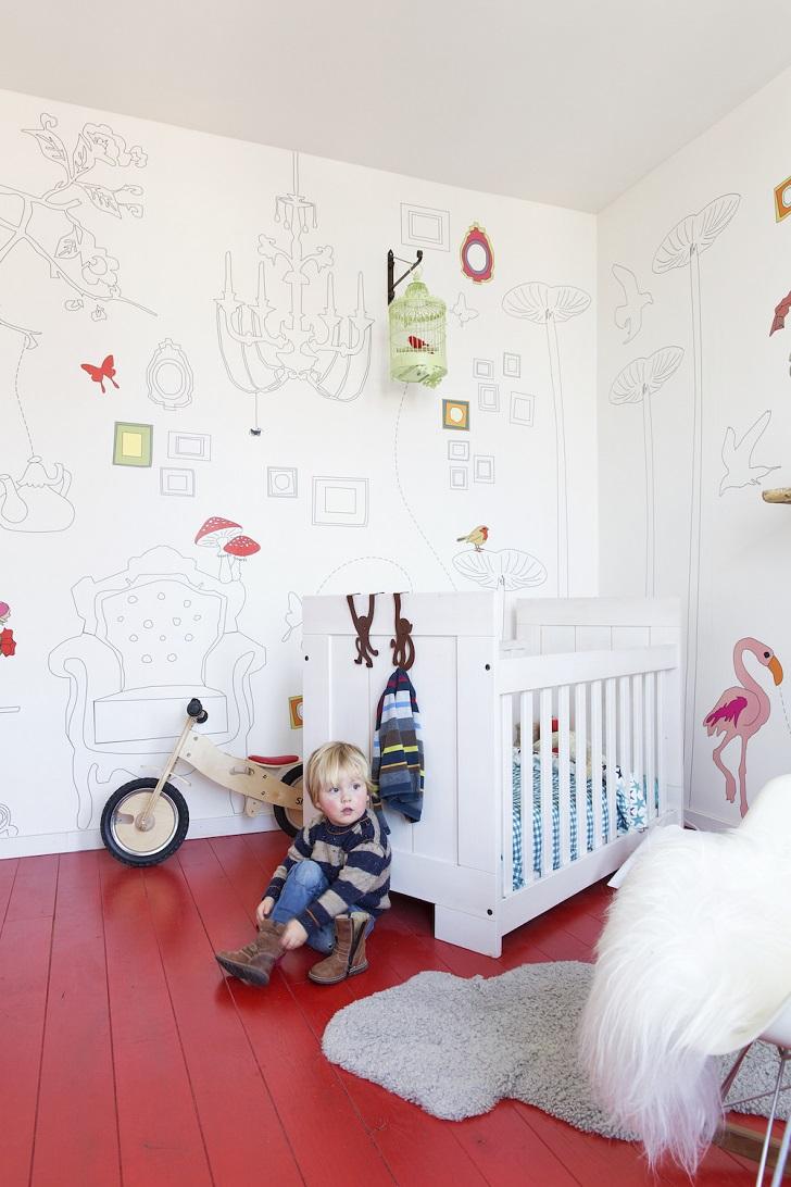 Una habitación infantil con el suelo rojo
