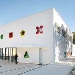 Un centro infantil que parece un juguete gigante