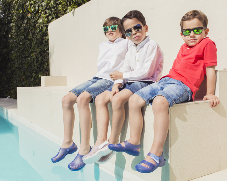pisamonas-sandalias-piscina