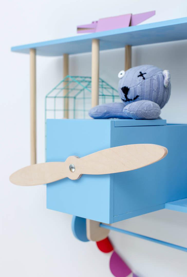 estantería-avion-azul-madera-cabina