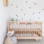 Habitación de bebé en estilo escandinavo y natural