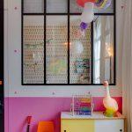 Habitación infantil ecléctica llena de detalles
