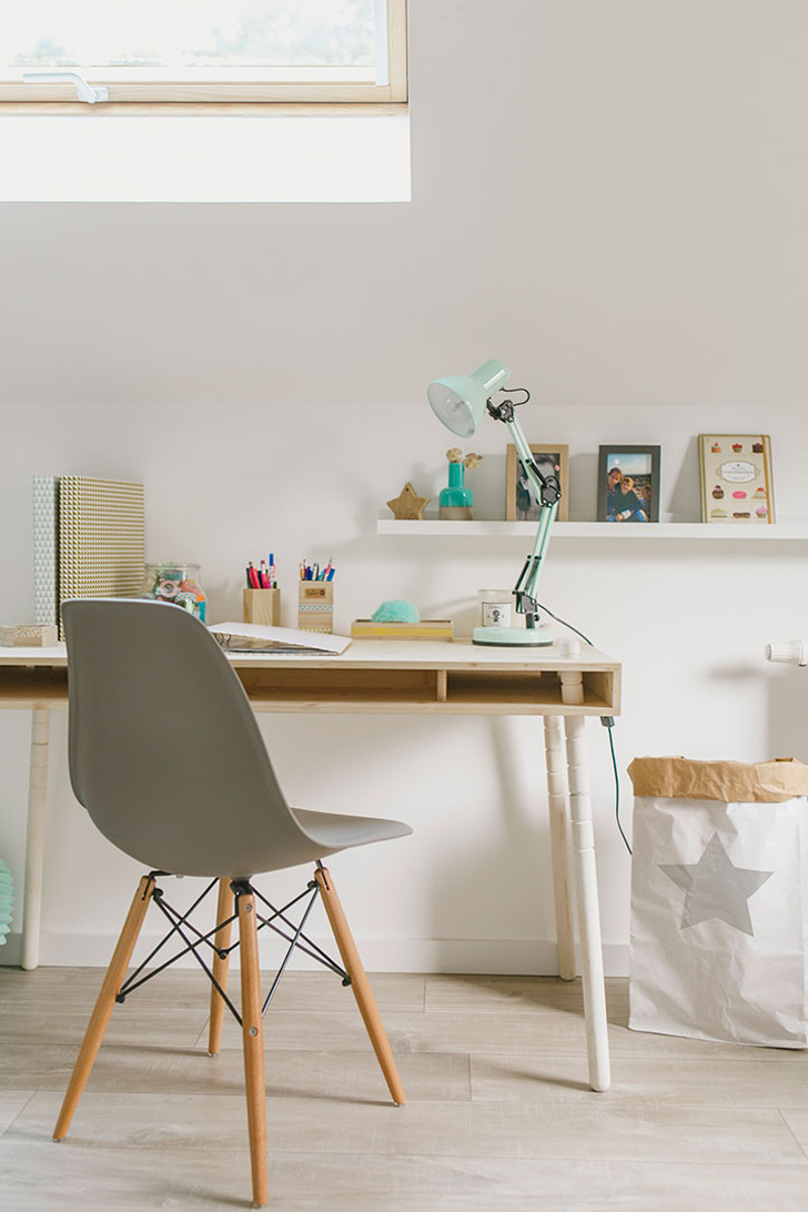 habitacin natural para nios en madera con un escritorio cool
