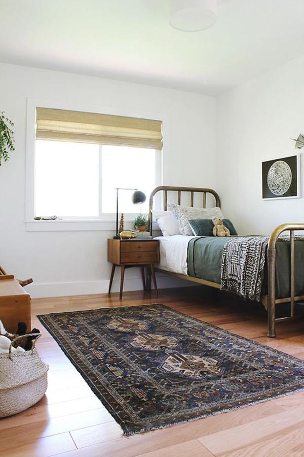 camas de forja vintage en el cuarto infantil