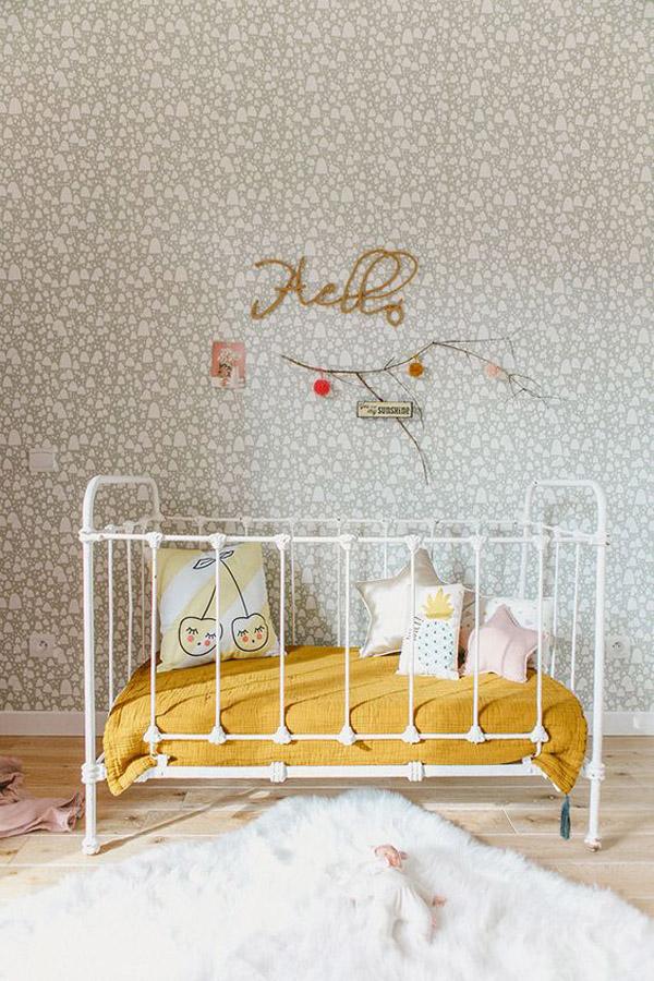 Paredes originales en el cuarto del bebé