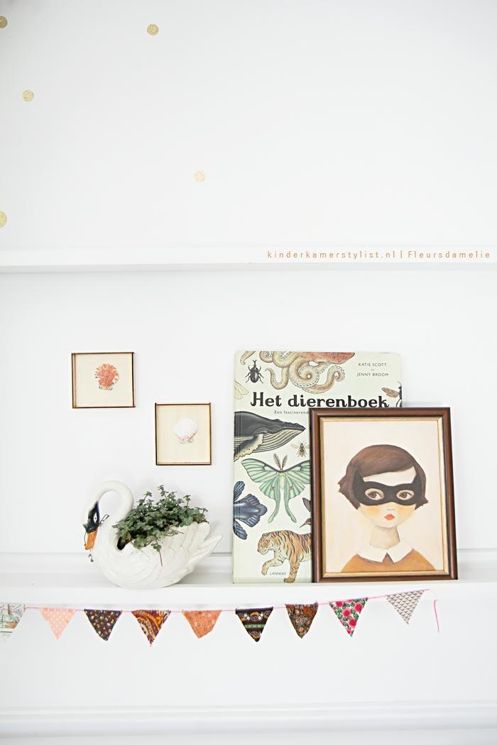 habitacion-infantil-romantica-estanterias-cool