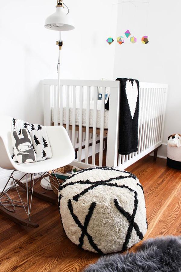 habitacion-bebe-blanco-y-negro-suelo-madera
