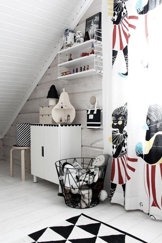 habitacion-infantil-blanco-y-negro-cortinas-de-colores