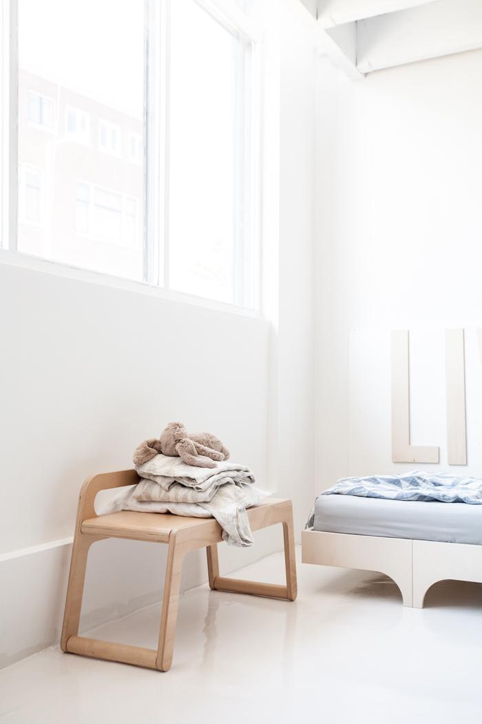 habitacion-infantil-escandinava-banco-de-madera