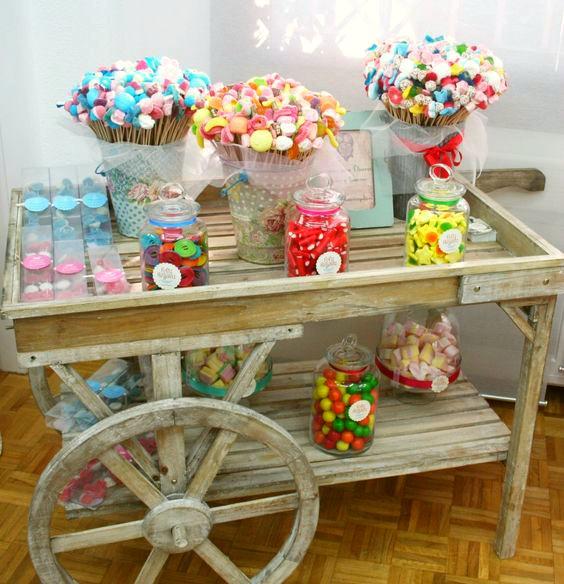 brochetas-de-chuches-en-carrito-vintage-para-fiestas-infantiles