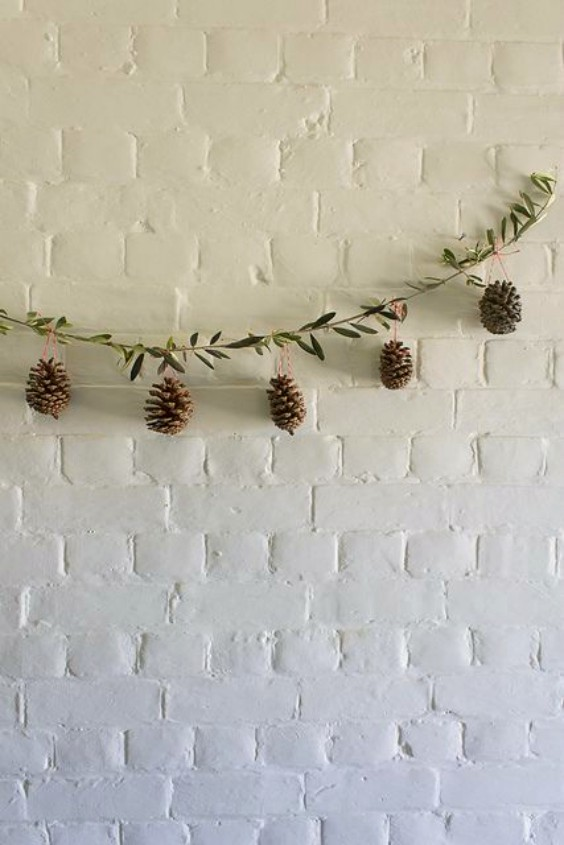 como-hacer-adornos-de-navidad-con-pinas-3